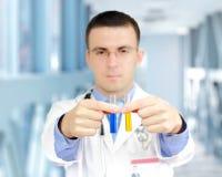 Arts resarch een medisch testglas met urine. Stock Afbeeldingen