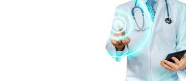 Arts With Tablet Pointing Moderne Technologie in Gezondheidszorg en Geïsoleerd Geneeskundeconcept royalty-vrije stock foto's