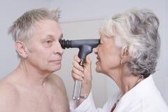 Arts Testing Patients Eyesight royalty-vrije stock foto
