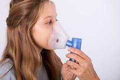 Arts Using Inhaler Mask op Meisje stock foto