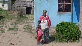 Arts van Afrikaanse Geneeskunde, voor haar kleine hut royalty-vrije stock afbeeldingen