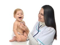 Arts of verpleegster het auscultating geduldige hart van de kindbaby met steth Stock Fotografie