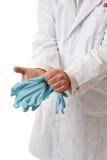 Arts of Wetenschapper die op handschoenen zetten stock afbeelding