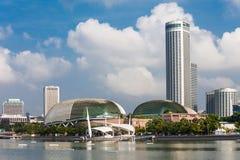artscience以螺旋莲花海滨广场博物馆为特色的海湾桥梁铺沙形状的新加坡江边 免版税库存照片