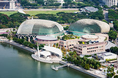 artscience以螺旋莲花海滨广场博物馆为特色的海湾桥梁铺沙形状的新加坡江边 免版税库存图片