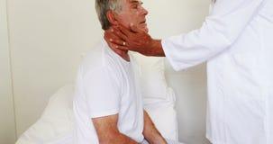 Artsen bezoekende patiënt stock videobeelden