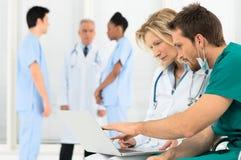 Artsen die aan Laptop werken Royalty-vrije Stock Foto's