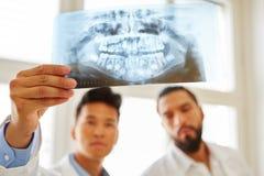 Artsen die advertentie x-ray beeld kijken royalty-vrije stock foto's