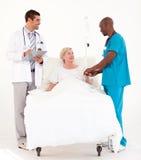 Artsen die bij een patiënt aanwezig zijn royalty-vrije stock foto's