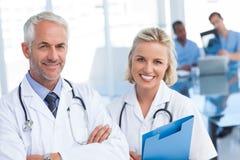 Artsen die blauw dossier houden Stock Foto