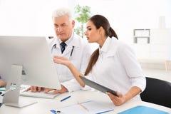 Artsen die conferentie in kliniek bijwonen Royalty-vrije Stock Afbeeldingen