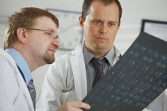 Artsen die diagnose consluting stock afbeelding