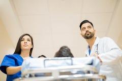 Artsen die een patiënt vervoeren Royalty-vrije Stock Afbeelding