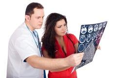 Artsen die gegevens verwerkte tomografie (CT) interpreteren Stock Afbeeldingen