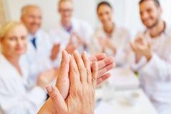 Artsen die handen slaan royalty-vrije stock foto's