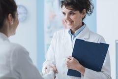 Artsen die in het bureau samenkomen stock foto's