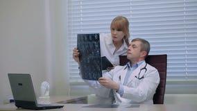 Artsen die het hoofdaftasten van de patiënt controleren stock footage