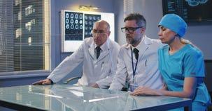 Artsen die het transparante vertoningsscherm met behulp van stock footage