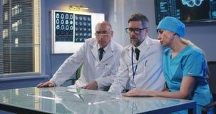Artsen die het transparante vertoningsscherm met behulp van stock video