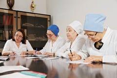 Artsen die met documenten werken Stock Foto