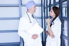 Artsen die met elkaar interactie aangaan stock fotografie