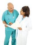 Artsen die over Medische Grafiek gaan Stock Fotografie