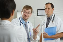 Artsen die overleg hebben Royalty-vrije Stock Afbeeldingen