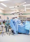 Artsen die Patiënt in werking stellen Royalty-vrije Stock Foto's