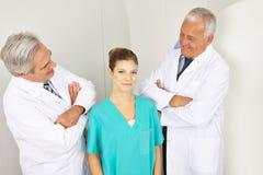 Artsen die sproudly MTA bekijken Stock Foto