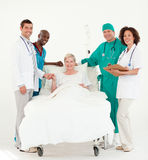 Artsen die voor een patiënt in bed zorgen Royalty-vrije Stock Fotografie