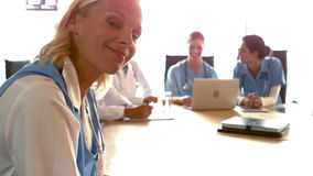 Artsen in een vergaderzaal stock video