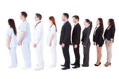Artsen en managers die zich in rij bevinden Stock Foto