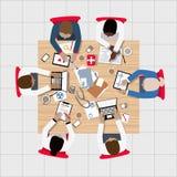 Artsen en Medische Beroeps die rond Bestuurskamerlijst samenkomen Stock Foto