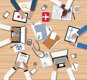 Artsen en Medische Beroeps die rond Bestuurskamerlijst samenkomen Stock Afbeelding