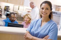 Artsen en Verpleegsters bij de Ontvangst Stock Foto