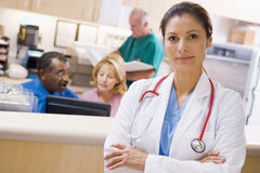 Artsen en Verpleegsters bij de Ontvangst royalty-vrije stock afbeelding
