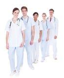 Artsen en verpleegsters die zich in een rij bevinden royalty-vrije stock foto's