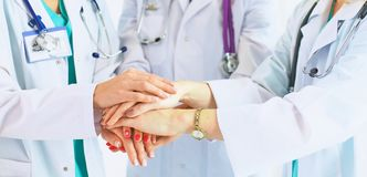 Artsen en verpleegsters in een medisch team die handen stapelen royalty-vrije stock foto's