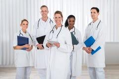 Artsen en verpleegsters met stethoscoop stock foto