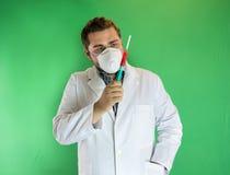 Artsen examing bloedmonster Stock Afbeeldingen