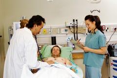 Artsen examing patiënt die stethoscoop met behulp van royalty-vrije stock foto's