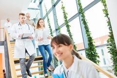 Artsen in medische leertijd royalty-vrije stock afbeeldingen