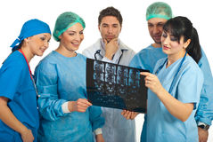 Artsen met goede resultaten van een MRI stock afbeeldingen