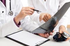 Artsen met Röntgenstraal stock fotografie