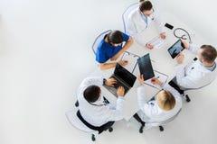Artsen met röntgenstraal en cardiogram bij het ziekenhuis Stock Afbeelding