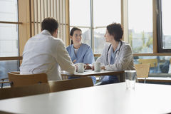 Artsen op het Werkonderbreking in Cafetaria Stock Fotografie