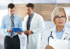 Artsen op het ziekenhuisgang royalty-vrije stock afbeelding