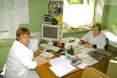 Artsen op toelating aan een landelijke kliniek in Kaluga-gebied in Rusland stock foto