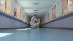 Artsenbesprekingen aan een klein meisje in het ziekenhuis stock footage