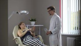 Artsenbesprekingen met de vrouwenpatiënt stock footage